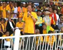 Anwar Ibrahim berucap di perhatikan oleh Lim Kit Siang dan Karpal Singh