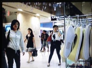 Pusat membeli-belah di sebuah stesyen MRT Singapura