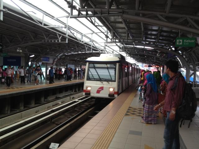 Para Penumbang menunggu tren di stesen Masjid Jamek