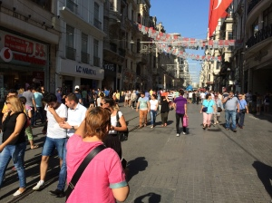 Pemandangan di Bandaraya Istanbul. Ramai wanita berpakaian barat, walaupun sudah ada yang mulai memakai tudung.