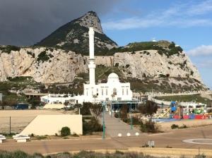 Gambar Bukit Gibraltar dan sebuah masjid moden dihadapannya. Masjid ini didirikan di tapak asal tempat Tariq bin Ziyad sembahyang ketika menakluki pintu gerbang ke Sepanyol ini.